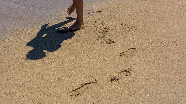 Zabavte se děláním stop do písku